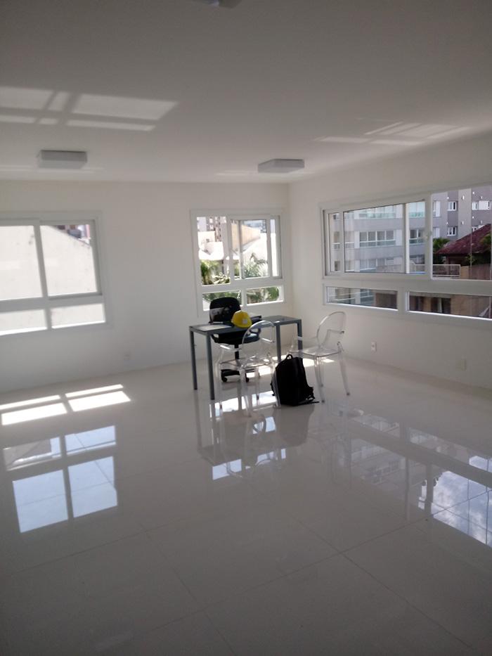 Apto modelo com piso, tampos especiais e lareira